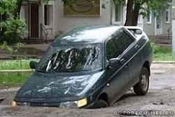 Что делать, если на дороге ваша машина провалилась в яму или открытый люк?